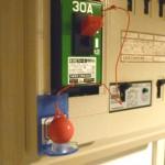 大地震の通電火災対策!スイッチ断ボールでブレーカーを自動遮断!