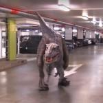 【動画】駐車場に恐竜がいたら、あなたならどうする?